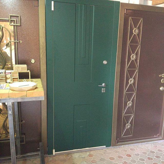 Зелёный цвет очень украсил наши двери!